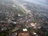 Aéroport. A gauche Meyrin, à droite Genève