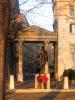Une des portes de la cité : la porte Baudet. Au centre la statue de Pictet-de-Rochemont, négotiateur genevois au Congrès de Vienne.