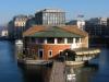 Les anciennes Halles de l'Île, avec son restaurant en demi-lune. Actuellement ce bâtiment abrite une radio locale, une galerie d'art, des bouquinistes et libraires...