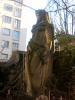 Une statue, cachée dans une cour de la rue des Délices.