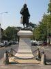 Statue de Voltaire, au milieu de l'avenue Voltaire