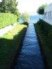 Petit canal vers le lac, entre deux maisons, Grand-Rue
