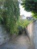 Une petite ruelle vers la ville