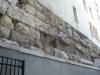 Ces pierres sont tout ce qu'il reste de visible du mur d'enceinte construit par les Romains. D'autres parties sont encore existantes dans certaines caves de la vieille ville. (Cour du 11 rue de l'Hôtel-de-Ville)
