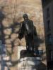 Au pied de la Tour de l'Île, statue de Philibert Berthelier, patriote exécuté non loin de là en 1519 par le prince-évêque de Genève.